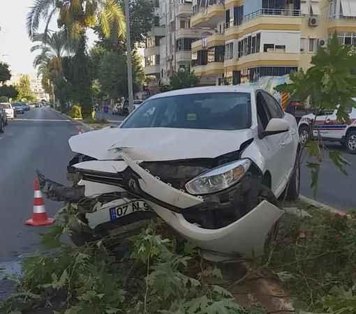 Alanya'da garip kaza! Refüje çıkan otomobili bırakıp kaçtı
