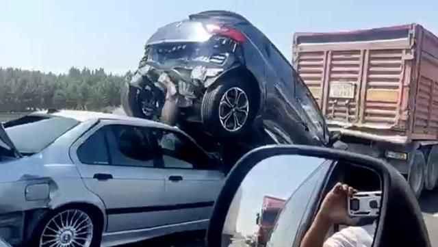 Otoyolda zincirleme kaza: 6 araç birbirine girdi, yaralılar var