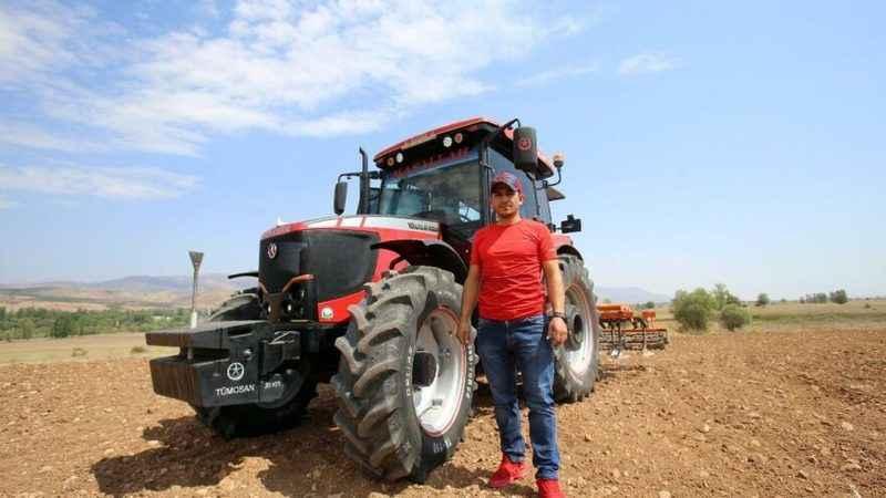 Türkiye'de bir ilk! Köyde joystick'li traktör yaptı