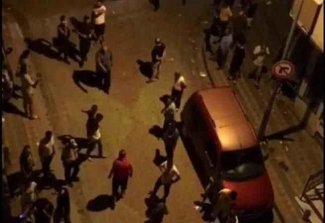 Hareketli anlar! Kaçak göçmenleri gören mahalleli sokağa döküldü