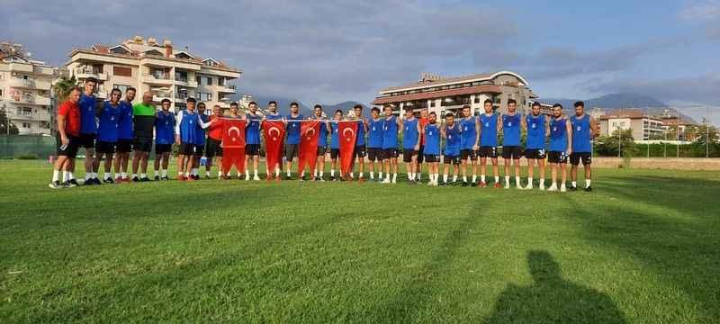 Alanya Kestelspor, Türk Bayrağı açarak 30 Ağustos'u kutladı.