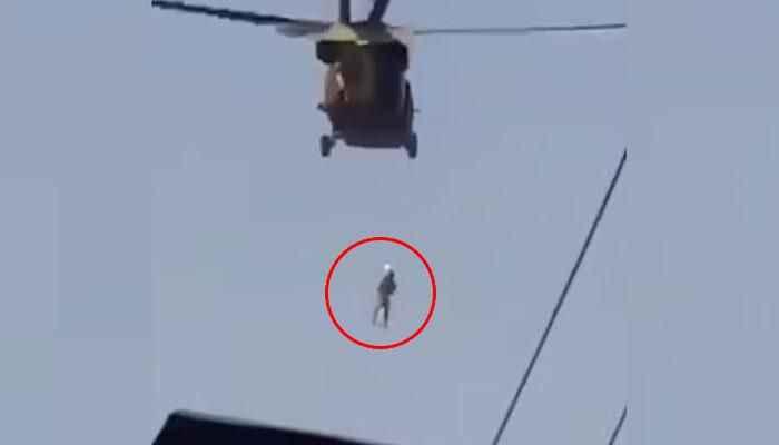 Görüntüler sosyal medyada olay oldu! Helikoptere asarak idam mı ettiler?