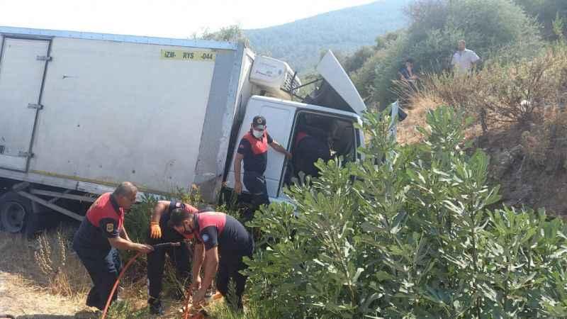 Korkutan kaza! Kontrolden çıkan kamyon şarampole devrildi