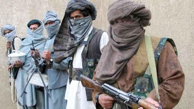 Taliban kapı kapı dolaşıp bu mektubu asıyor...