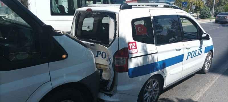 Minibüs polis aracına  çarptı: 2 polis yaralı
