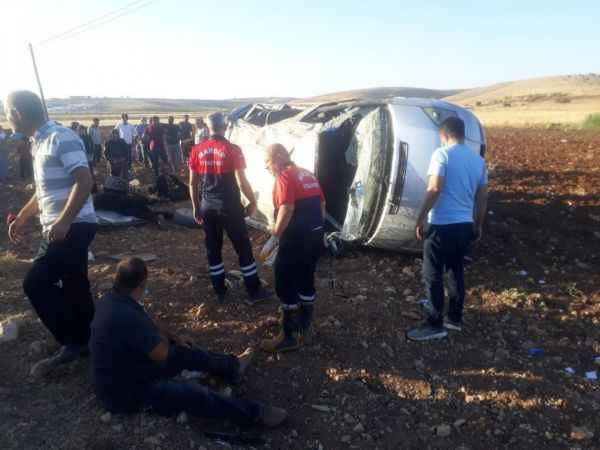 Korkunç trafik kazası! Minibüs şarampole yuvarlandı