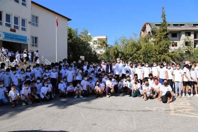 Başkan Şahin'den Alanyalı öğrencilere kitap jesti
