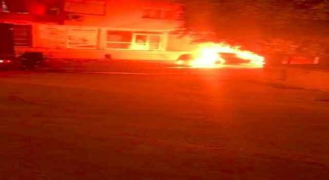 Patlayarak alev alev yanan otomobil adeta küle döndü!