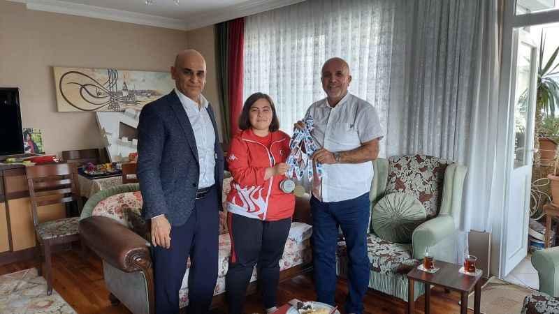 Başkan Hasan Çavuşoğlu, başarıları ile Türkiye'yi ve Alanya'yı gururlandıran Dilara'yı ziyaret etti