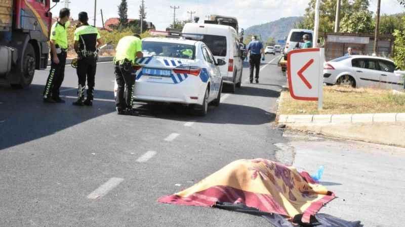 Turizm beldesinde korkunç trafik kazası! Otomobilin çarptığı elektrikli bisikletin sürcüsü hayatını kaybetti