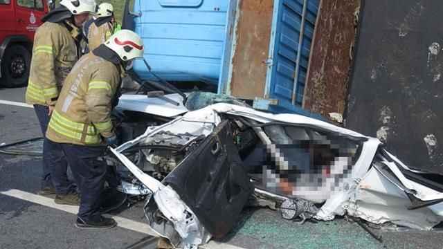 Beton blok yüklü tır, otomobili kağıt gibi ezdi! Genç sürücü sıkıştığı yerde hayatını kaybetti