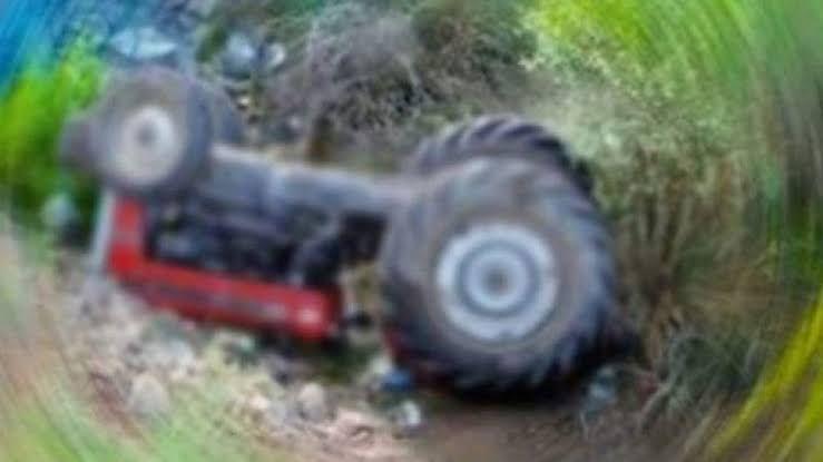 Traktör altında kaldı