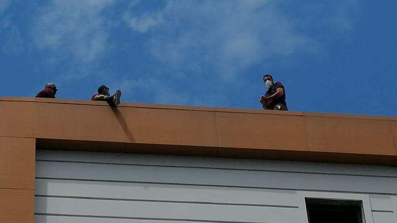Paralarını alamadılar, çatıya çıktılar