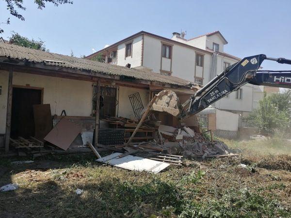 Körfez'de 16 metruk bina yıkıldı