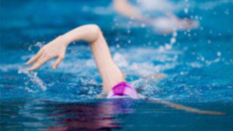 Küçük kızını yüzme kursuna götürdü, bin pişman oldu