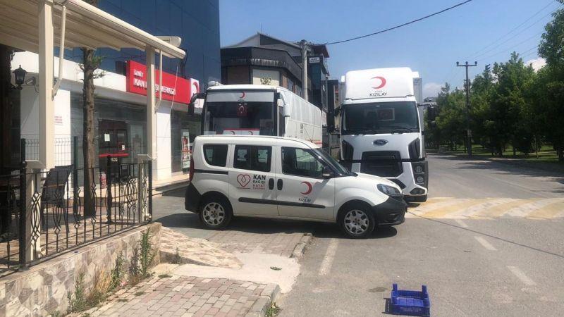 Kızılay'ın araçları kaldırımı işgal ediyor
