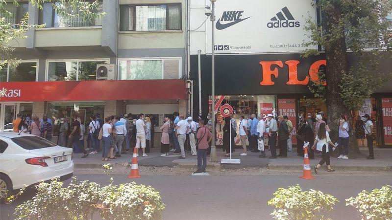 Bayram öncesi bankalarda uzun kuyruklar