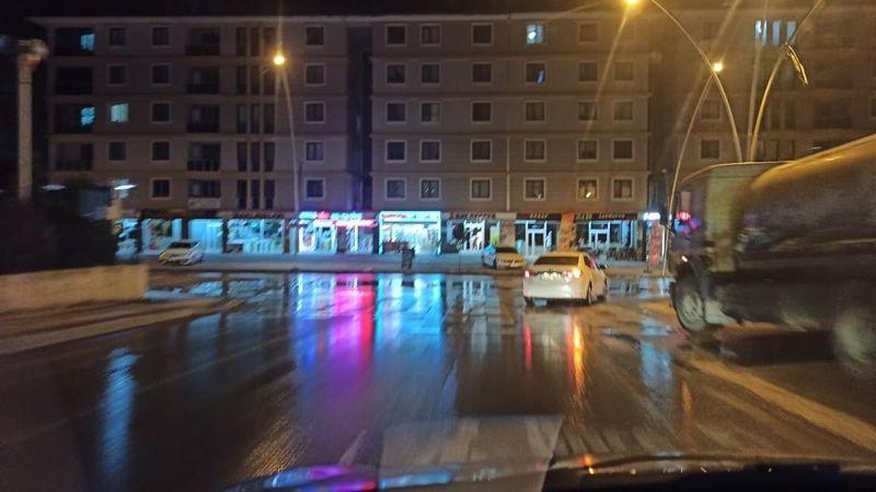 Gece patlayan hat caddeyi suya boğdu