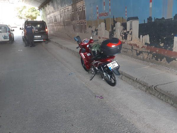 Ticari aracın çarptığı motosiklet devrildi: 1 yaralı