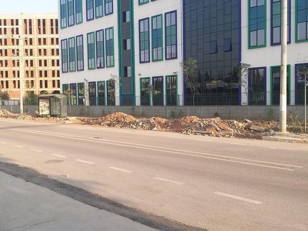 Okul binası önündeki kaldırımların haline bakın