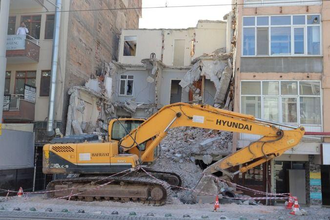 22 yıldır yıkılmayı bekleyen Önder Apartmanı yıkıldı