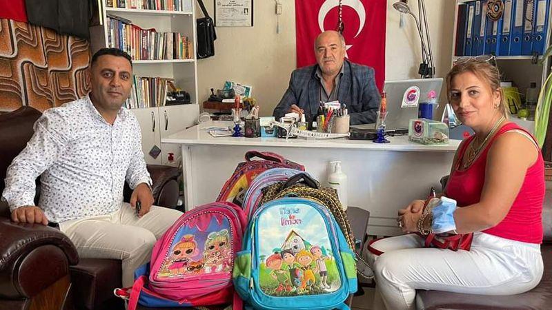 Tugay Polat öğrencilere çanta dağıtıyor
