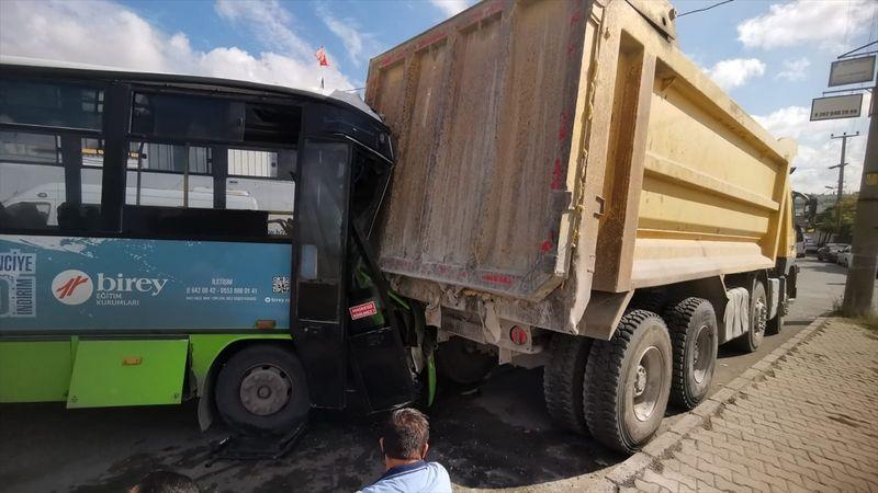 Otobüs, park halindeki kamyona çarptı