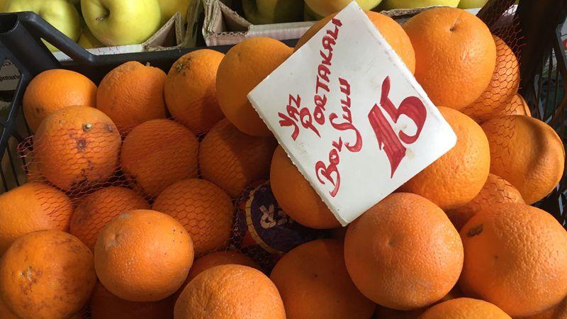 Cumartesi Pazarı'nda portakal 15 TL'ye satıldı