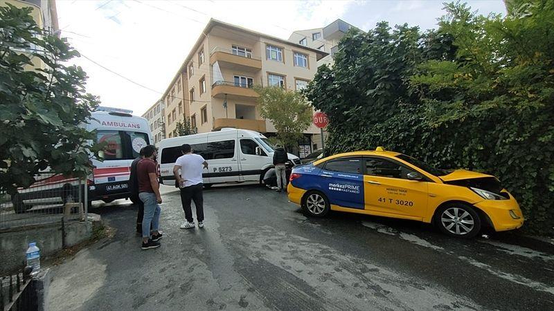 Servisle çarpışan taksici yaralandı