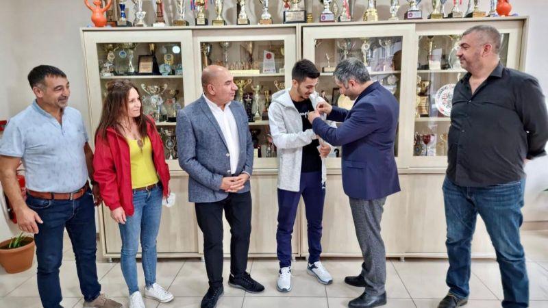 CHP Gebze, Eray Şamdan'a altın hediye etti