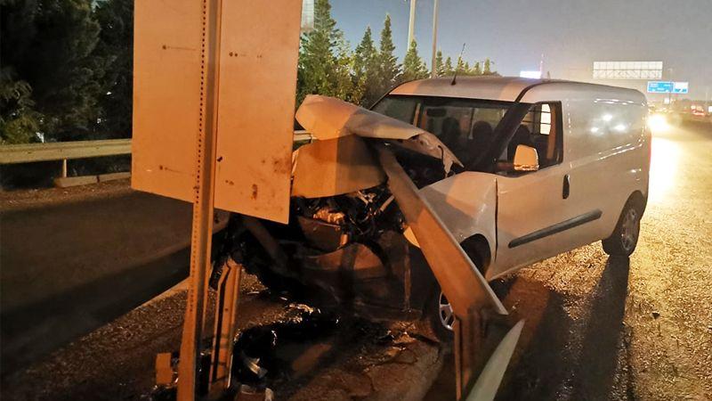 Bariyerlere saplanan araçtan yara almadan çıktı