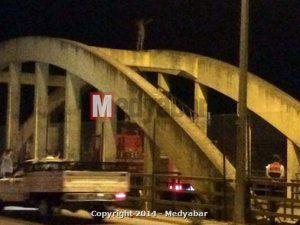 Eski Sakarya Köprüsünde yarı çıplak intihar girişimi!