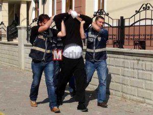 Polisin yakaladığı firari hırsız öfkesini habercilerden çıkartmak istedi
