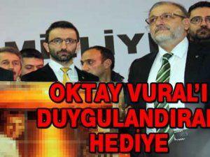 MHP kongresinde Oktay Vural'ı duygulandıran hediye