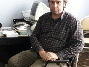 Akyazılı Abhaz yazar Selçuk Sımsım yani kitaplar için çalışıyor