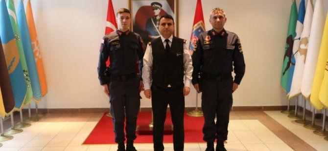 İl Jandarma Komutanından vatandaşı sırtında taşıyan personeline ödül…