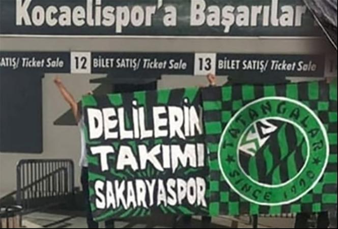 Sakaryaspor taraftarları Kocaeli Stadyumuna pankart astı!