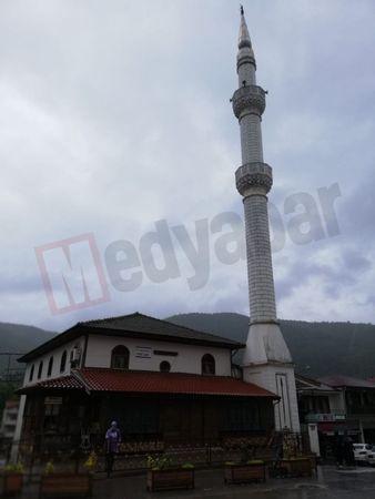Taraklı'daki bir caminin minaresine yıldırım düştü!