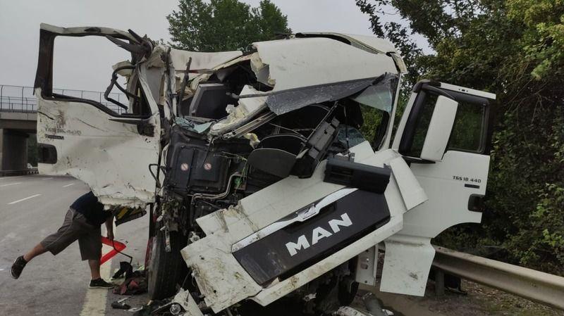 Akyazılı bir sürücü daha kaza yaptı.. Soda yüklü TIR bariyerlere çarptı!