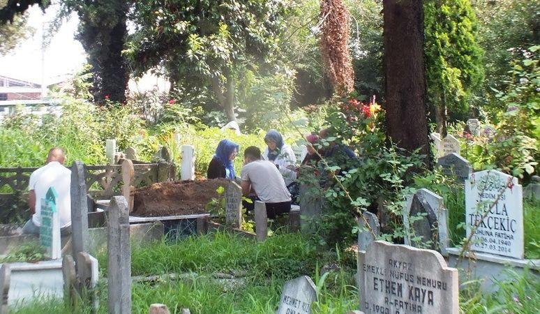 Kurban Bayramı nedeniyle mezarlıklar ziyaretçi akınına uğradı.