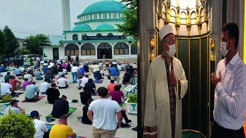 Akyazı'da vatandaşlar, bayram namazı için camileri doldurdu.