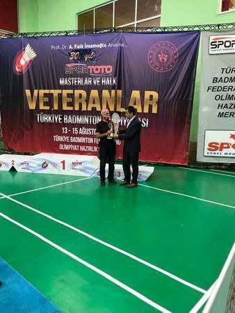 Badminton eğitimcisi Bak'a ödül