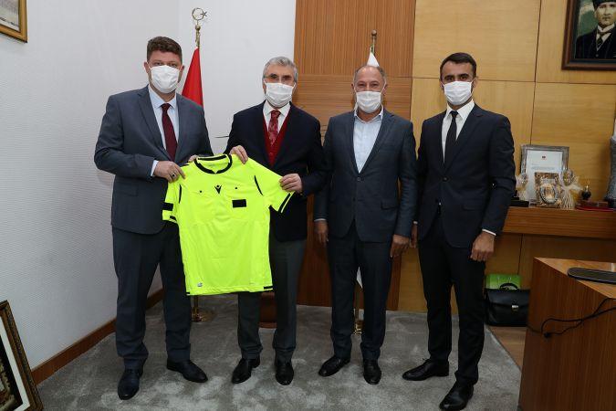Atilla Karaoğlan'dan başkan Yüce'ye anlamlı hediye