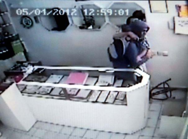 Eterle bayıltıp soyma girişimi güvenlik kamerasında
