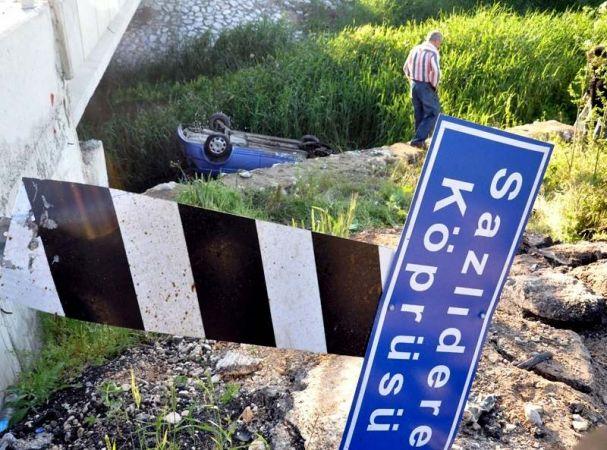 Köprüden dereye uçan otomobildeki 4 kişi yaralandı