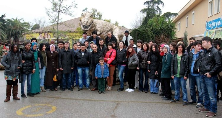 Uluslararası öğrenciler hayvanat bahçesinde