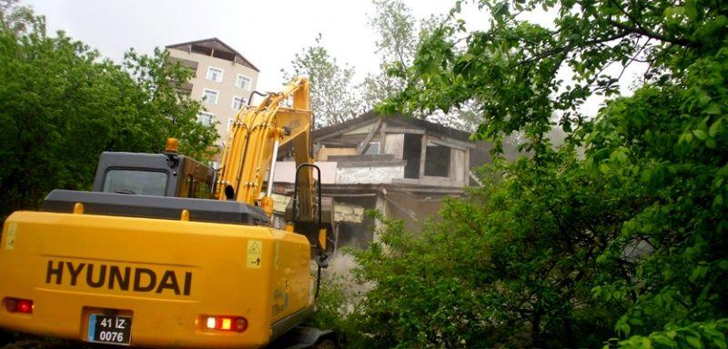 Turgut'ta iki metruk yapı yıkıldı