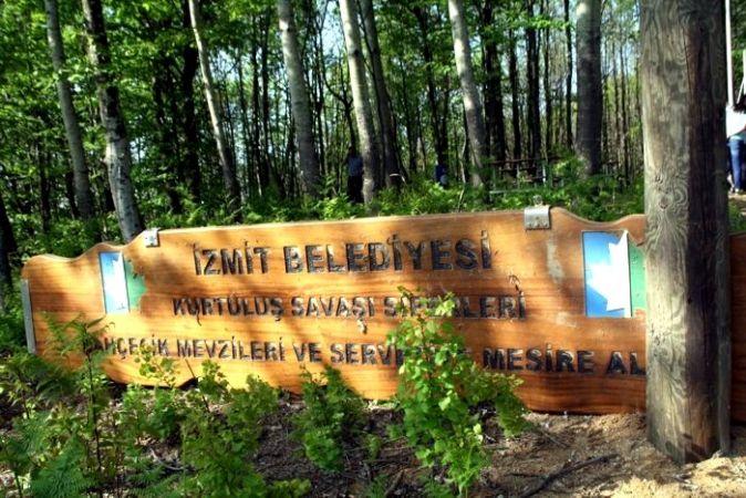 İzmit Belediyesi'nin tabelaları yerlerde