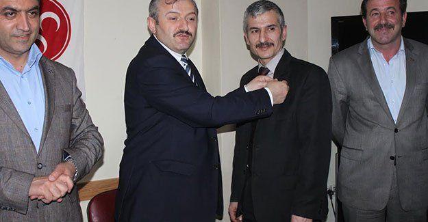 AKP'den MHP'ye geçti, rozetini Ağdağ taktı