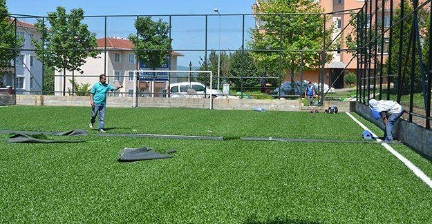 Kartepe'deki futbol sahalarının zeminleri yenileniyor